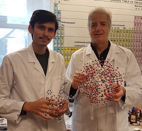 Ulrich Kortz, Professor für Chemie an der Bremer Jacobs University, und sein Mitarbeiter Dr. Saurav Bhattacharya mit einem POM-Modell. (Quelle: privat)