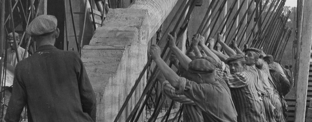 Zwangsarbeiter bei der Montage der Stahlbetonträger © Landeszentrale für politische Bildung/Staatsarchiv Bremen